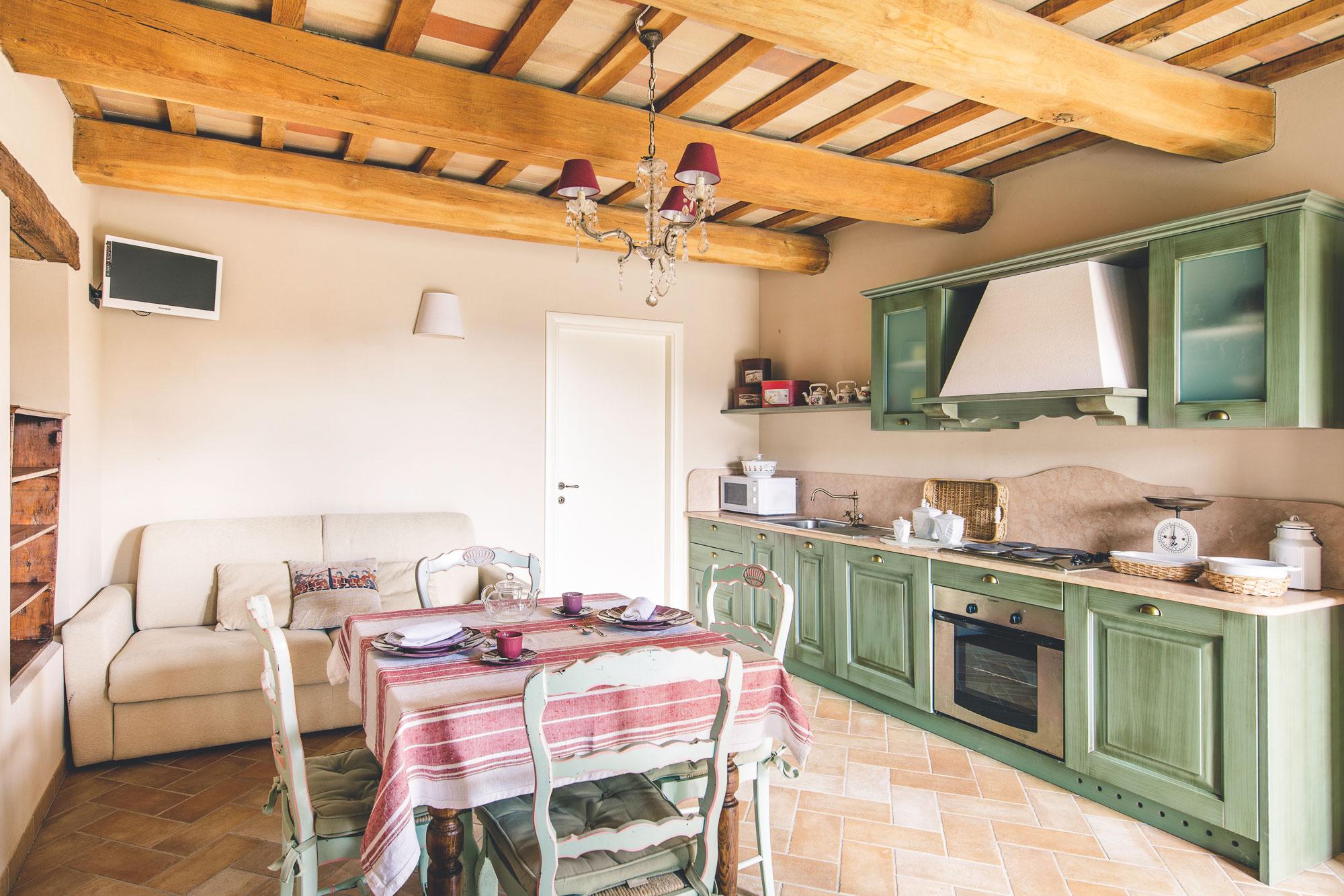 Booking appartamento in agriturismo per vacanze nelle marche for Piscina urbino